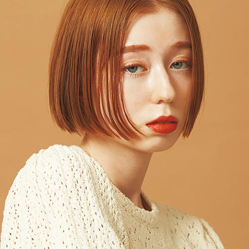 シンプルが自然体な女性らしさを引き出す ツヤ感オレンジブラウンヘア
