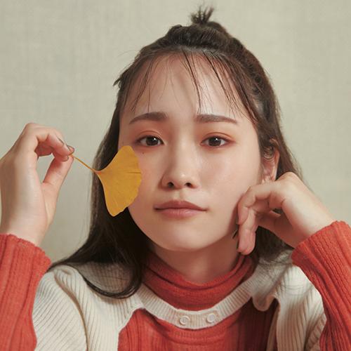 SUQQUのウォームカラーに染まる 川栄李奈の紅葉メイク